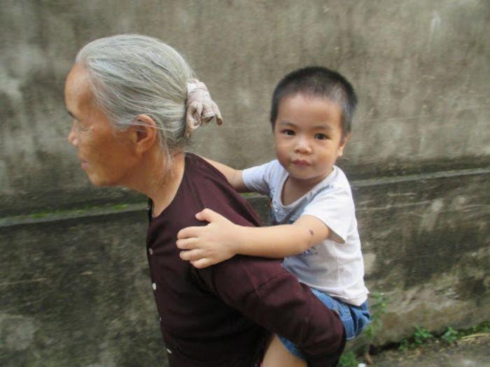 Nằm mơ bà nội đang cõng mình trên lưng